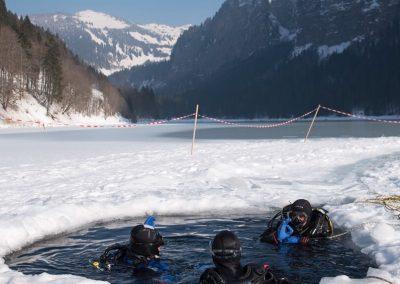 plongée sous glace à Montriond, Savoie